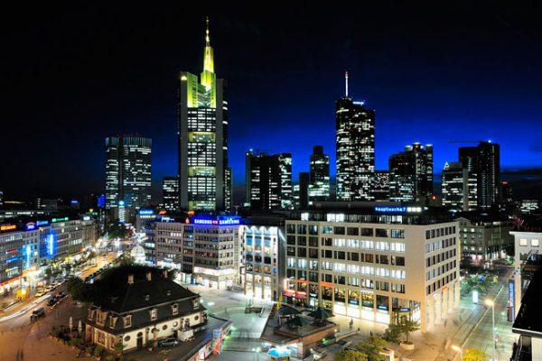 Skyline Frankfurt mit der Hauptwache, 19.20 Uhr am 19.10.2009, Blende 8, Belichtungszeit 1/4 s, ISO 200 ASA, Standort: Dachcafé Zeilgalerie