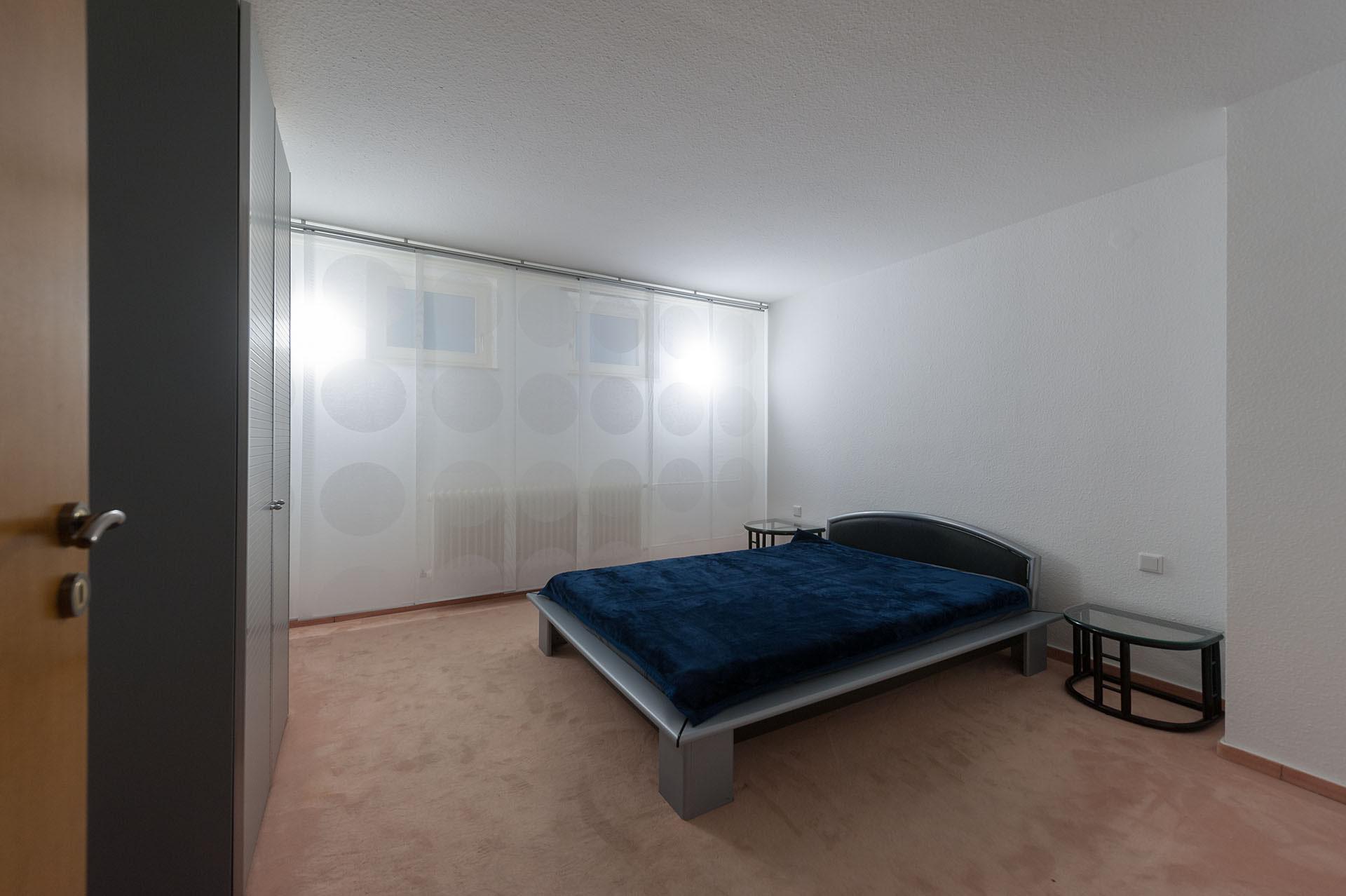 Immobilienfoto: Blick In Das Schlafzimmer Mit Parkett Boden