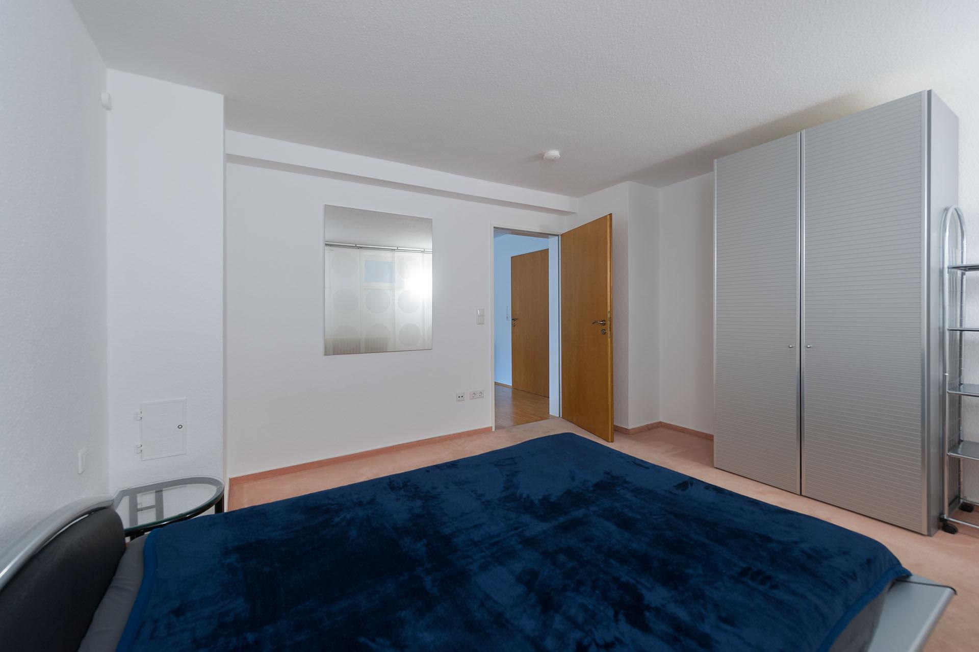 Immobilienfoto: Blick In Das Schlafzimmer Mit Teppich Boden