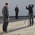 Andreas Mann fotografiert hier die Einzelfotos der Mitarbeiter von Hessels Deutschland - Making-of Teamfoto - schnell fotografieren, denn die Sonne dreht sich schnell.