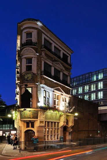 Symbolfoto für meine Immobilienfotografie / Architektur-Fotografie: The Black Friar in London in der blauen Stunde - Copyright by Andreas Mann | Fotografie - Fotograf Frankfurt