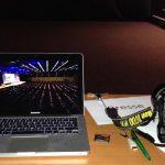 Mein Foto-Arbeitsplatz Location: Laptop, CF-Karte, Digitalkamera und Systemblitz.
