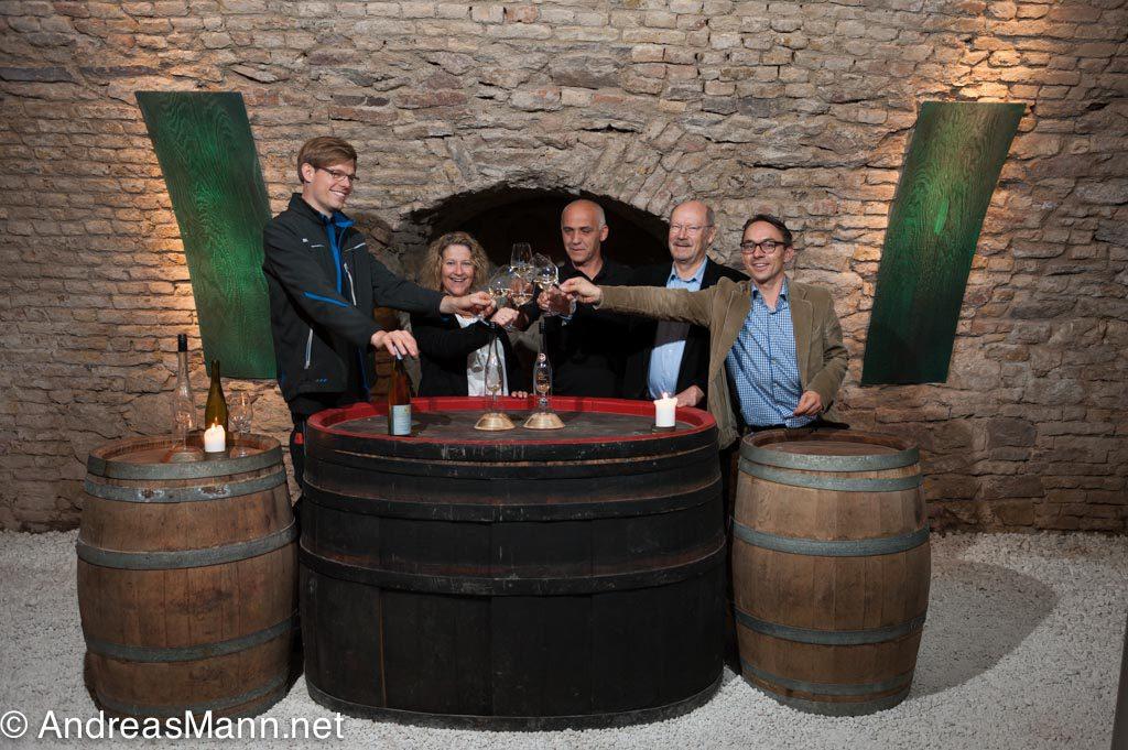 (v. l. n. r.): Tim Lilienström (Gutsverwalter), Viola Müller (Kundenservice), Ludwik Rebilas (Mitarbeiter Weinbau), Peter Winter (Inhaber) und Andreas Stiep (Exportmanager).