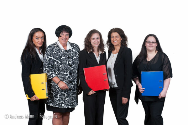 Das Teamfoto 2: die kaufmännische Abteilung der Firma. Gleiche Farben: Aktenordner und Firmenlogo in gelb, rot und blau!